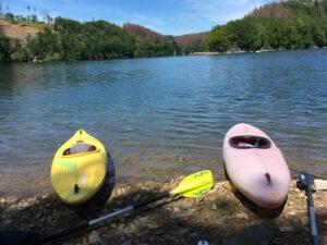 Zwei Kajaks am Ufer